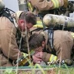 Πυροσβέστης δίνει το φιλί της ζωής σε σκύλο και τον σώζει