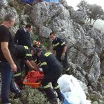 Firefighters pulled an injured man from mountain Ainos in Kefalonia