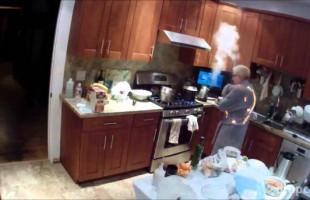 Γιαγιά πήρε φωτιά ενώ ετοίμαζε το δείπνο των ευχαριστιών στις Η.Π.Α