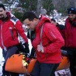 Παροχή βοήθειας από μέλη της Ελληνικής Ομάδας Διάσωσης σε τραυματία στον Όλυμπο