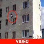 Μητέρα πετάει τα παιδιά από φλεγόμενο κτίριο