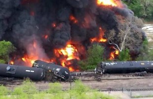 Μεγάλη φωτιά στη Βιρτζίνια μετά από εκτροχιασμό τρένου με πετρέλαιο