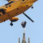 Ελικόπτερο ανέσυρε γυναίκα μέσα από τους πύργους καθεδρικού ναού