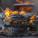 Εβαζε φωτιά σε ΙΧ επειδή ανήκαν σε μετανάστες
