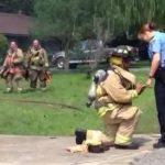 Ιδού πώς κάνει πρόταση γάμου ένας πυροσβέστης