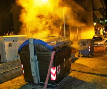 Πυρκαγιές σε κάδους απορριμμάτων, μια κατάσβεση με πολλούς κινδύνους