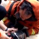Πυροσβέστης σώζει κουταβάκι δίνοντάς του φιλί ζωής