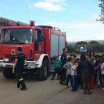 Ενημέρωση πυροσβεστών σε μικρά παιδιά του δημοτικού σχολείου στο Νέο Χωριό