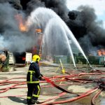 Πυροσβέστης τυλίγεται στις φλόγες