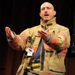 Μαρκ Μπέζος: Μάθημα ζωής από έναν εθελοντή πυροσβέστη