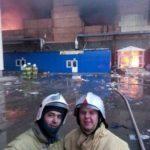 Πυροσβέστες έβγαλαν… selfie μπροστά σε φλεγόμενο κτήριο