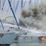 Ξέσπασε πυρκαγιά σε θαλαμηγό με τρεις επιβαίνοντες στον Άλιμο