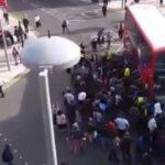Πολίτες σηκώνουν λεωφορείο για να σώσουν ποδηλάτη!