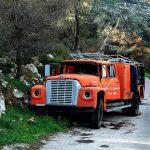 Τα οχήματα της ΕΛ.ΑΣ. και της Πυροσβεστικής κάνουν υπηρεσία στα συνεργεία
