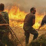 Σκληρή μάχη με τις φλόγες σε περισσότερα από 50 μέτωπα ενώ φτάνει η νύχτα