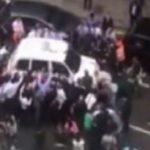 Σήκωσαν στα χέρια αυτοκίνητο για να σώσουν μια γυναίκα