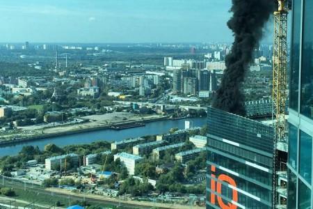 Τεράστια πυρκαγιά σε οικοδομή στη Μόσχα