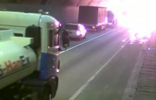 Φορτηγό εξερράγη και πήρε φωτιά μέσα σε τούνελ