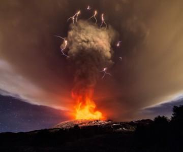 Θεαματική έκρηξη στην Αίτνα παράγει ηφαιστειακή αστραπή