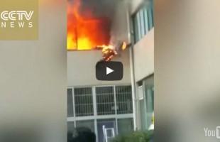 Πυροσβέστης πηδάει από τον 1ο όροφο φλεγόμενος
