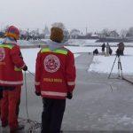 Ούγγρος πυροσβέστης κολυμπά κάτω από πάγο και σπάει όλα τα ρεκόρ