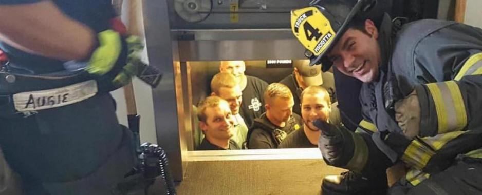 Πυροσβέστες τρολάρουν αστυνομικούς που κλείστηκαν σε ασανσέρ!