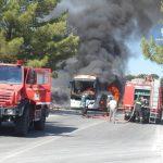 Στις φλόγες τυλίχτηκε τουριστικό λεωφορείο κοντά στον Αρχάγγελο