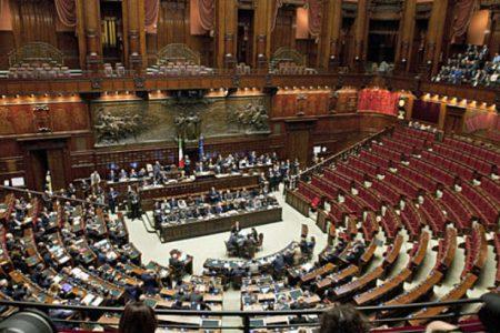 Χειροκρότημα στην ιταλική Βουλή για τους πυροσβέστες που αναζητούν επιζώντες