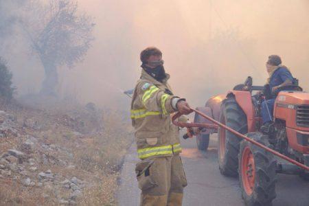 Νύχτα αγωνίας στη Χίο – Εικόνες καταστροφής από τη φωτιά