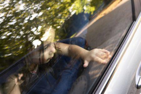 Τι παθαίνει ένα παιδί όταν το αφήνετε κλεισμένο «για λίγο» μέσα στο αυτοκίνητο;