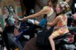 Στο αυτόφωρο οι γονείς που εκθέτουν πάνω σε δίκυκλο και χωρίς κράνος τα παιδιά τους!