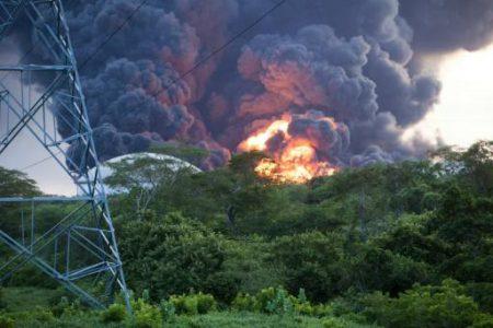 «Μάχη» με τις φλόγες δίνουν οι πυροσβέστες στο διυλιστήριο της Νικαράγουα