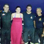 Η Ζωή σε καλοκαιρινή διάθεση φωτογραφίζεται αγκαλιά με πυροσβέστες